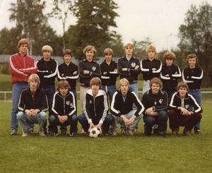 Strands P16-lag, någon gång från tidigt 80-tal. Per Runesson är tredje från höger i bakre raden.