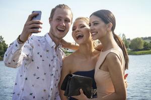 Hampus Sandström passar på att ta en selfie med studenterna Alva Degerfeldt och Rebecka Harper.