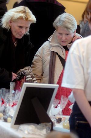 För att få inspiration till det egna chokladmakeriet besökte kumlabon Rose-Marie Näslund mässan. Margaretha Näslund från Hallsberg brukar få agera förste provsmakare där hemma och följde med även hon.