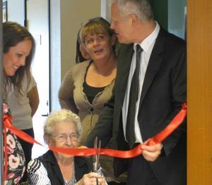 Förtroenderådets ordförande Dagmar Högman fick äran att klippa det röda bandet och förklara Solgläntan invigt på Gideonsbergs servicehus.