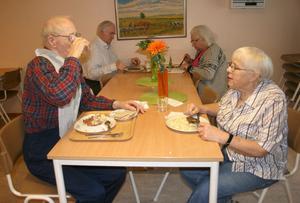 Egon och Märta Näslund dricker vatten till lunchen på Hagalid. Mjölken är ransonerad till 2,5-3 deciliter per person och dag.