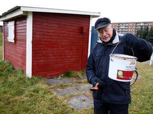 """Gillis Eriksson sköter klubbhuset åt områdets pensionärer. """"Ibland målar jag om stugan en gång i veckan, beroende på hur mycket det har klottrats på huset"""", säger han."""