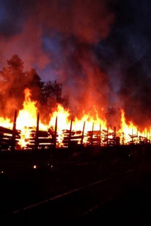 Den kraftiga branden stoppar tågtrafiken mellan Östersund och Bräcke.