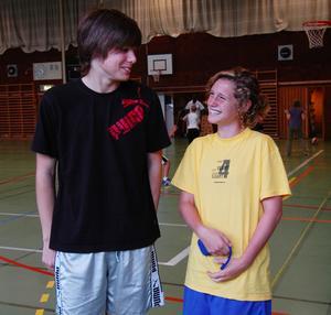 Ungdomsledare. Carl Alnebo och Hanne Gråhns har haft fullt upp hela veckan med att aktivera barn mellan sex till tolv år. Foto:Jenny Lagerstedt