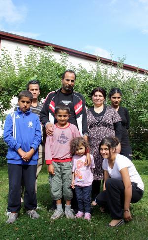 Utvisningshotade. Younis barn kan bli tvingade att lämna Sverige utan sin pappa som i veckan fick arbetstillstånd.