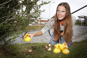 Hanna Melin provgömmer ankor. Samtliga 30 ankor i tävlingen har namn med badanknytning, till exempel Plurr och Dopp.