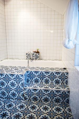 De marockanska plattorna blir en del av badkaret.