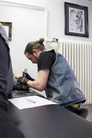 Mattias Österberg på Custom Classic Tattoo skänker en dagskassa till Cancerfonden.