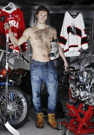 2010 poserade Axelsson i samband med en artikel i en motorcykelbilaga.