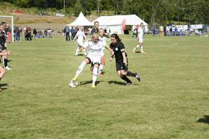 Wilma Jonsson från SDFF F14-15 med ett bra grepp om bollen i matchen mot Njurunda IK.