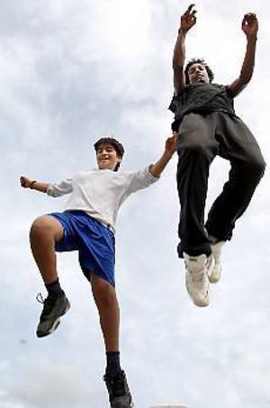 Foto: LASSE HALVARSSON I rörelse. En stor del av eleverna vid Stora Sätraskolan är medlemmar i någon idrottsförening. Akar Mohammed spelar mest fotboll och Nebiu Daniel spelar basket.