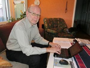 En deckare växer fram. Vid den här datorn sitter Staffan Öberg många timmar när han skriver sina romaner.
