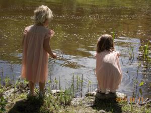 Mitt i mammas och pappas bröllopskalas, fick döttrarna Molly och Ebba nog av allt ståhej. De tog varsitt