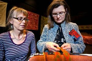 Sameslöjd var temat för en av stämmans workshops. Anne-Marie Helmersson från Malung och Kicki Sandberg från Borlänge lärde sig att fläta sko- och strumpeband. Irene Dorra från Funäsdalen ledde workshopen.