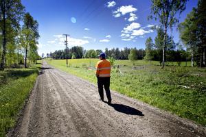 Idyllisk landsbyggd. Hans-Olof Lönn på Kalvmarksvägen i Järbo.