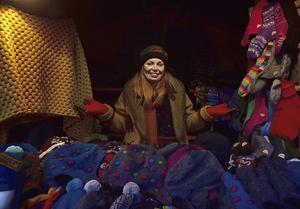 Petra Turkia säljer hemgjorda mössor, vantar och sockor på julmarknaden närmast varuhuset Stockmann.   Foto: Anders Pihl
