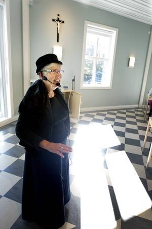 Elsie-Britt Eriksson håller fördrag på damlunchen i Mariasalen.