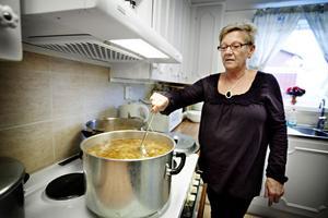 Inne serverade Britt-Louise Nygren rykande het kålsoppa.