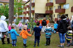 Dans. På förmiddagen på torsdagen firade barnen på förskolan Linnéan i Laxå midsommar.  Det var även sista dagen som förskolan låg i von Boijområdet. På måndag börjar personalen packa lådor inför flytten till Lindåsens skola.