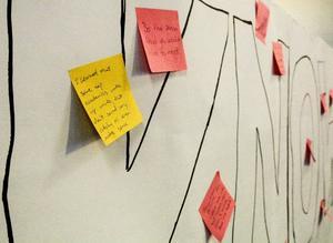 En vägg med budskapet Share your knowledge lockade massor av deltagare att sätta upp post it-lappar med olika budskap.