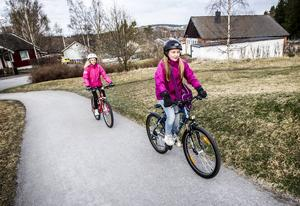 Emma Lindqvist och Sofia Nilsson cyklar till Östbergsskolan varje dag. Och de startar i tid.   – Jag gillar inte att komma sent och det är skönt att inte stressa, säger Emma.
