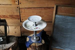 Alva Skyttner hade hittat fat på loppis och tillsammans med gamla ljusstakar som hon sprayade i silverfärg blev de till ett kakfat.