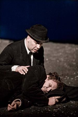 """Mikael Persbrandt och Johan Rabaeus som luffarna Vladimir och Estragon i Samuel Becketts """"I väntan på Godot""""."""
