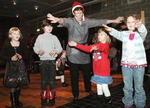 Gun-Britt Andersson ledde barnen runt i dansen.