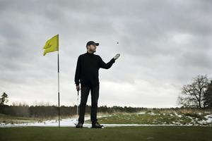 Hans Gunnarsson har skrivit en roman om en manisk golfare.