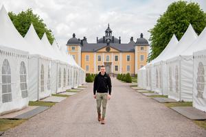 Nytt för i år är att utställarnas tält möter besökarna redan vid entrén, som flyttats till slottets framsida. Fredrik Starck är projektledare.