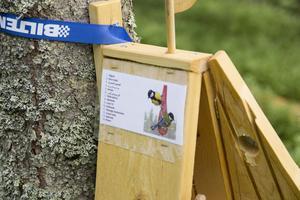 På varje holk finns namnet på fågeln skrivet på flera olika språk.