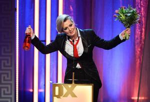 Lina Axelsson Kihlbom tar emot pris för årets bok på QX-galan på Cirkus i Stockholm.