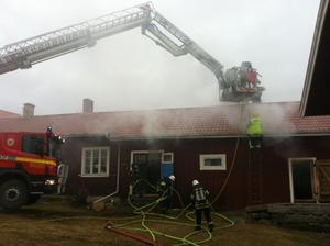 Räddningstjänsten sågar upp taket till gården Pål-Jons i Ygsbo.