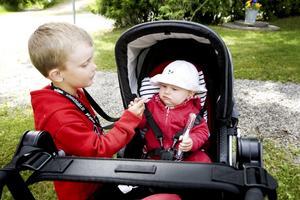 """första gästen. Dagens  första besökare under parasollet var Bertil Abrahamsson från Skutskär, som gled in på en Dragstar. """"Jag köpte en Dragstars för kromets skull"""", sa Bertil."""