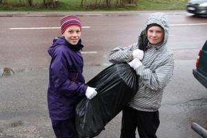 Thea Gunsth och Wilma Holm, båda elva år, var bland de yngsta skräpplockarna på lördagsförmiddagen.