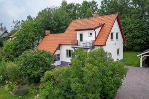 Denna villa på Ängsvägen i Falun var ett av de mest klickade dalaobjekten på Hemnet under vecka 32.