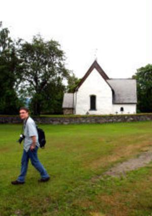 Robert Groenenberg fortsätter sin resa efter ett besök på Alnö gamla kyrka.
