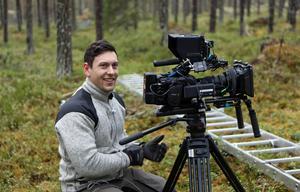 Patrik Ingvarsson har rötter i Ytterhogdal och han tycker att miljön i skogarna kring byn passar perfekt för hans film.