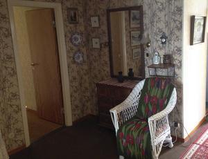 Så här såg hallen intill Maria och Mathias sovrum ut när de köpte huset.
