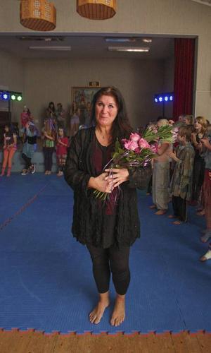 Anne Backéus uppvaktades efter showen med blommor. Till våren fortsätter hon i egen regi enligt planerna.