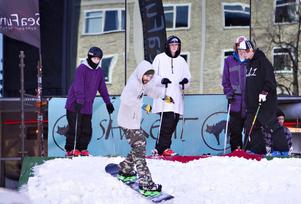 Flera lokala skid- och snowboardtalanger deltog i gårdagens railuppvisning på Stortorget.