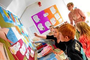 Förskoleklassen på Ås skola visar upp flera av de arbeten de gjort i skolan för att bli certifierade enligt den eftersträvansvärda Gröna flaggen.