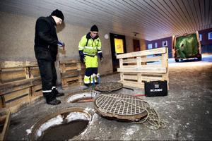 I ett passage mellan två huskroppar vid Odenskogsvägen 84 ligger två dagvattenbrunnar. Här finns en felkoppling. Åtminstone en toalett har varit kopplad direkt till dagvattenbrunnen.