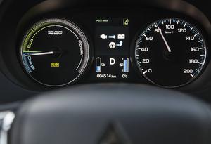 På instrumentpanelen uppmanas man att köra ekonomiskt. Bensinmotorn fungerar som en stor batteriladdare