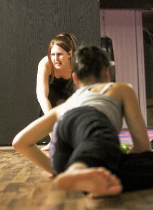 Danslärare Jessica Lindell instruerar under träningen.
