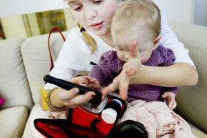 DAGS ATT MÄTA BLODSOCKRET. Elvaåriga Madelene Åström har alltid med sig blodsockermätaren och en förpackning Dexterosol. Om man har diabetes kan blodsockernivån ibland bli för hög eller för låg i förhållande till normalvärdena. Kroppens normala reglering av blodsockret är nämligen satt ur funktion. Istället får man med hjälp av blodsockersänkande medel insulin försöka balansera blodsockret till normal nivå. Lillasyster Maria Åström tittar intresserat på.