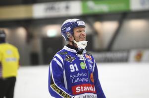 Johan Esplund är knäskadad. Men Johan Sixtensson vill inte spekulera i exakt hur länge han tvingas klara sig utan stjärnan.