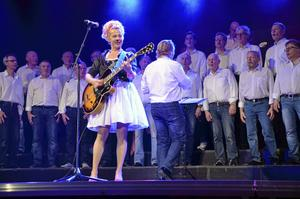 """Lokalartist. Eva Eastwood var årets gästartist med lokal anknytning. Hon sjöng bland annat låtarna """"Vårt liv i repris"""" och """"Lyckost"""". Stort jubel fick hon för sin """"Allting om Kjell"""" som hon tillägnade Kjell i kören."""