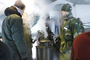 Restaurangelever från Slottegymnasiet lagade mat i försvarets kokvagn.