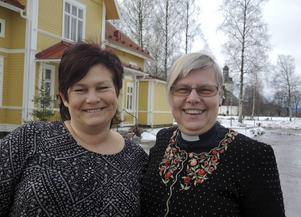 Åsa Hampgård och Margareta Carlenius, kyrkogårdsföreståndare respektive kyrkoherde i Gagnefs församling, kommer under 2017 att få många besökare till församlingshemmet då kyrkan (i bakgrunden) är stängd för renovering.